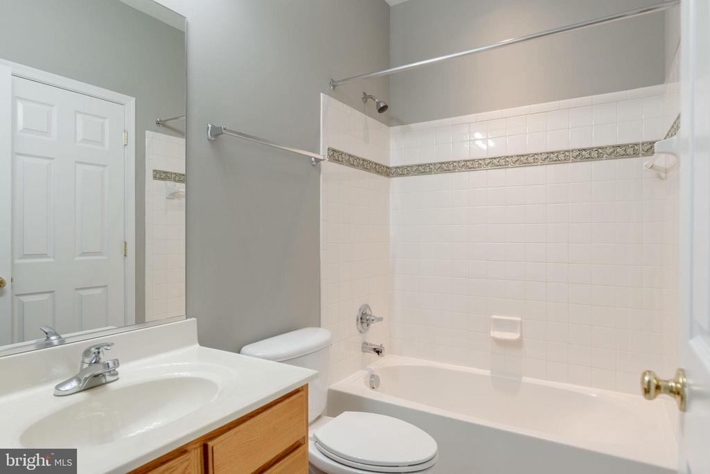 FULL BATH SHARED BY BEDROOMS 3 AND 4 - 42345 ASTORS BEACHWOOD CT, CHANTILLY