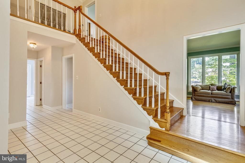 Dramatic Staircase. - 4103 FAITH CT, ALEXANDRIA