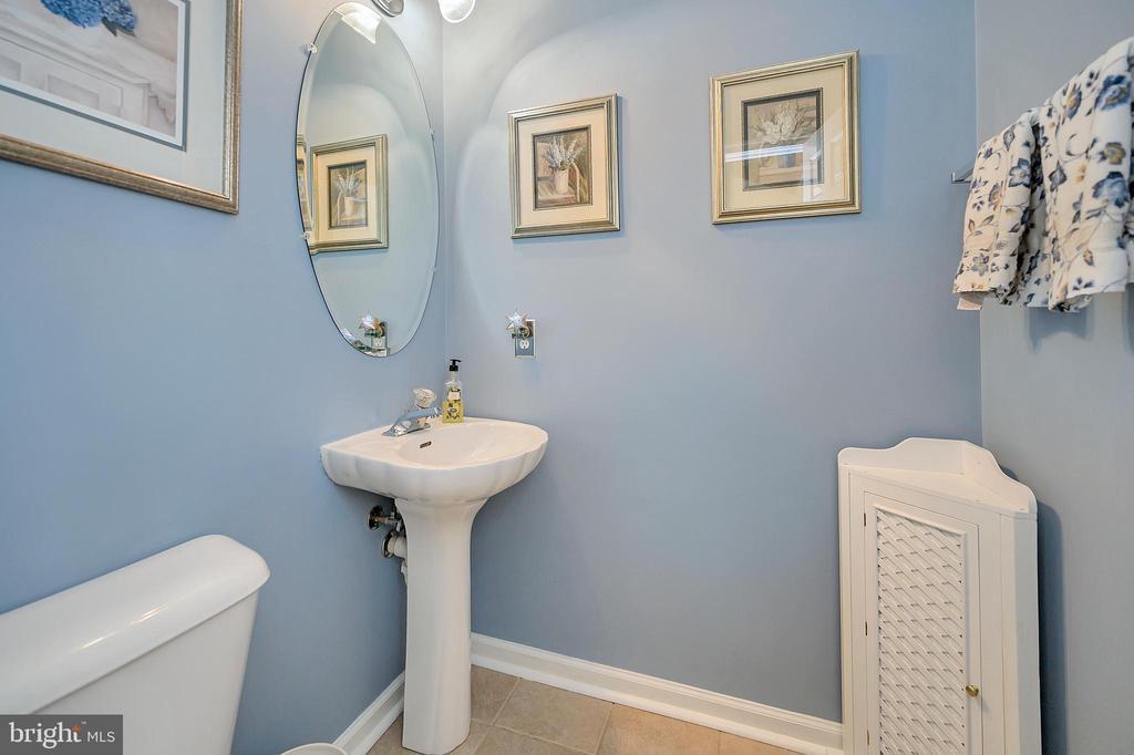 Half bath main level - 106 CONFEDERATE CIR, LOCUST GROVE