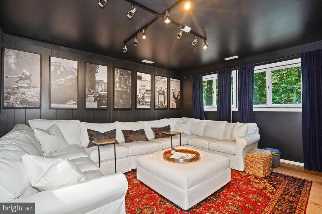 Elegant Family Room - 3421 STONEYBRAE DR, FALLS CHURCH