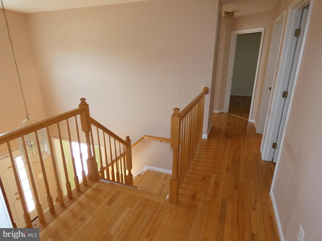 Hallway view from master bedroom exit - 43114 LLEWELLYN CT, LEESBURG