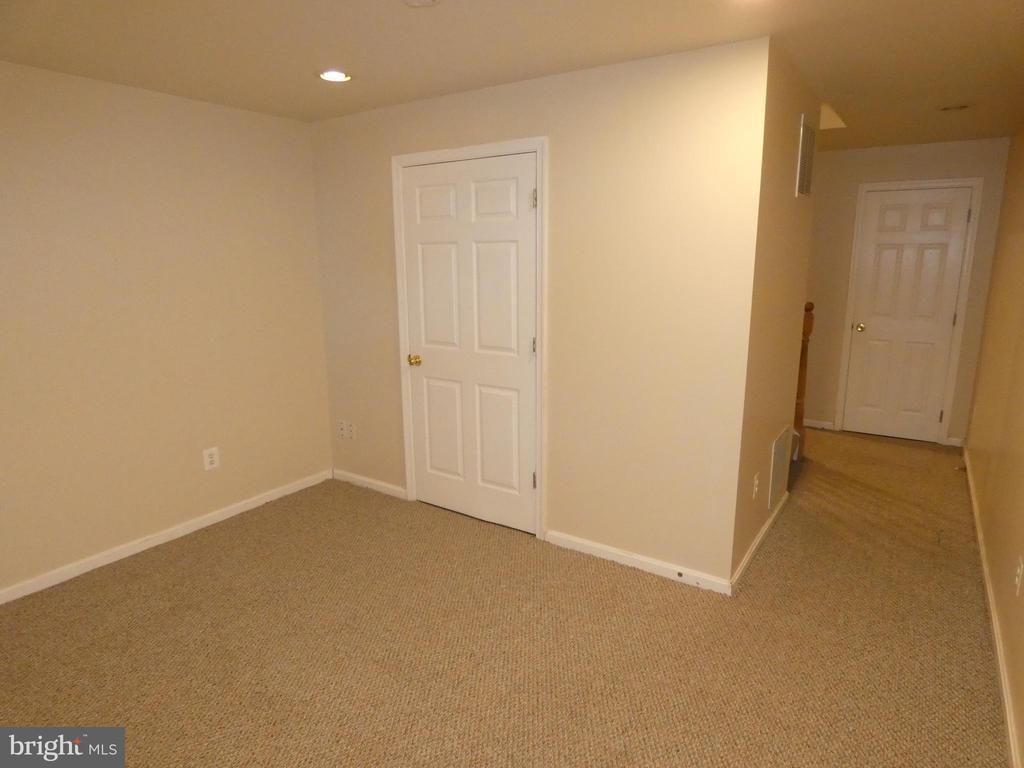 Basement room #1 view toward stairway - 43114 LLEWELLYN CT, LEESBURG