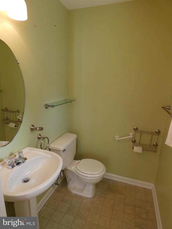 Hallway half bath off of entry foyer - 43114 LLEWELLYN CT, LEESBURG