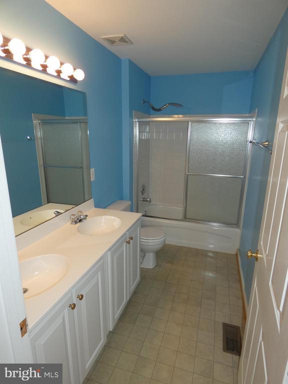 Hall full bath between bedrooms #2 and #3 - 43114 LLEWELLYN CT, LEESBURG