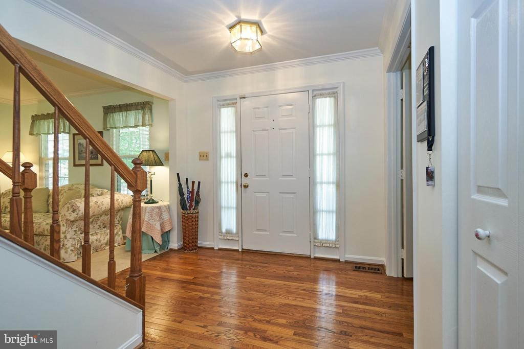 Entry Foyer with Hardwood - 13715 SHELBURNE ST, CENTREVILLE