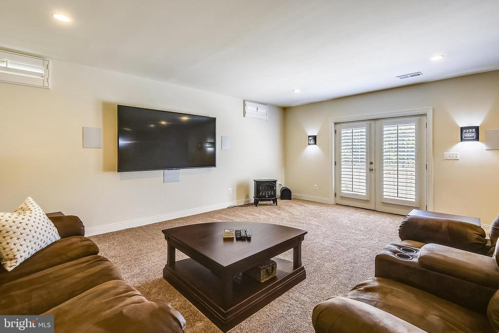 TV conveys and the surround system - 22602 PINKHORN WAY, ASHBURN