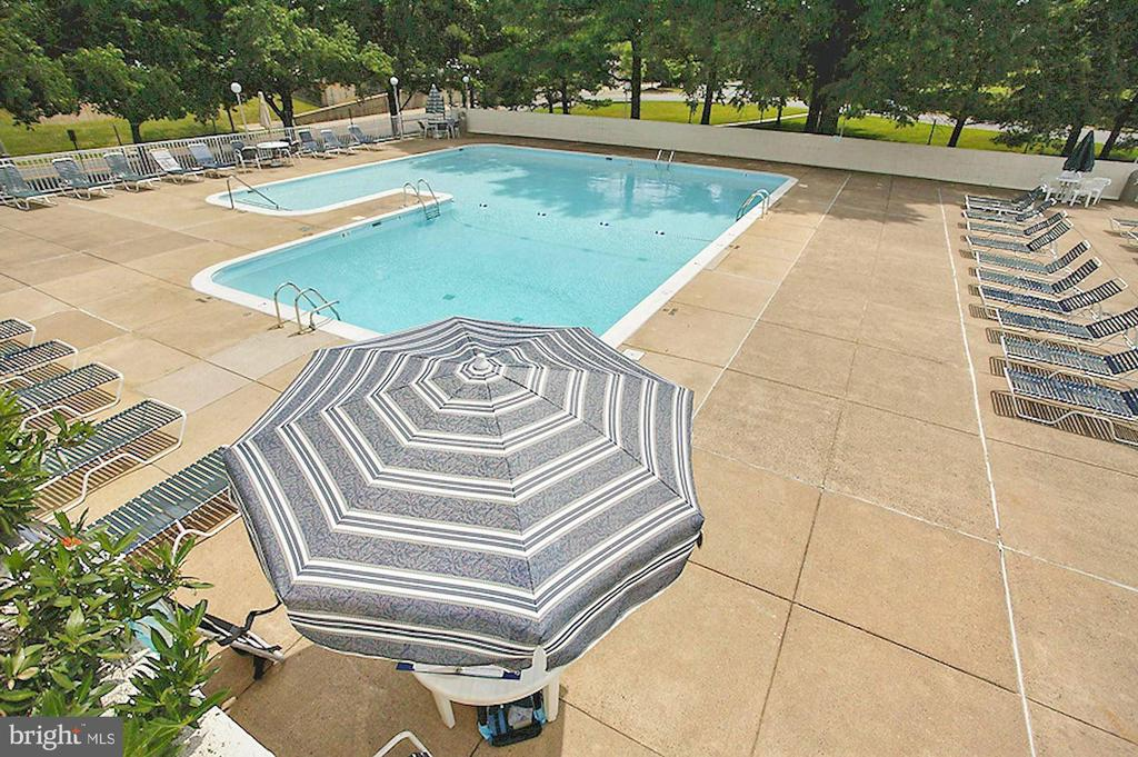 Community pool deck - 1300 ARMY NAVY DR #225, ARLINGTON