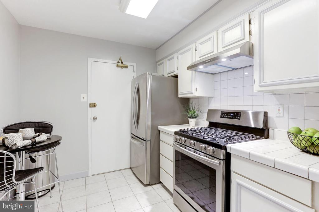 Excellent counter & cabinet space - 1300 ARMY NAVY DR #225, ARLINGTON