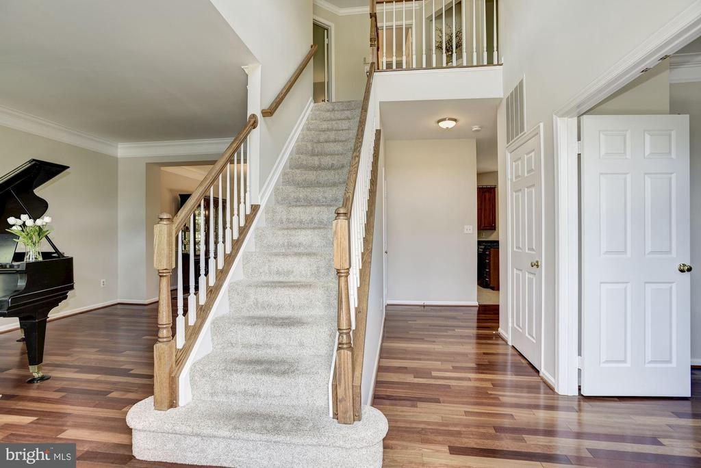 Sun filled 2-story foyer greets your guests - 47317 GRANDVIEW PL, STERLING