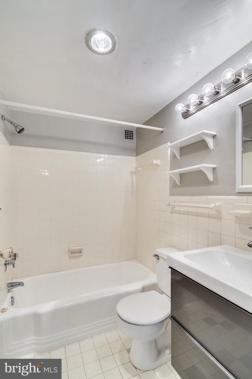 Hall bathroom - 6621 WAKEFIELD DR #620, ALEXANDRIA