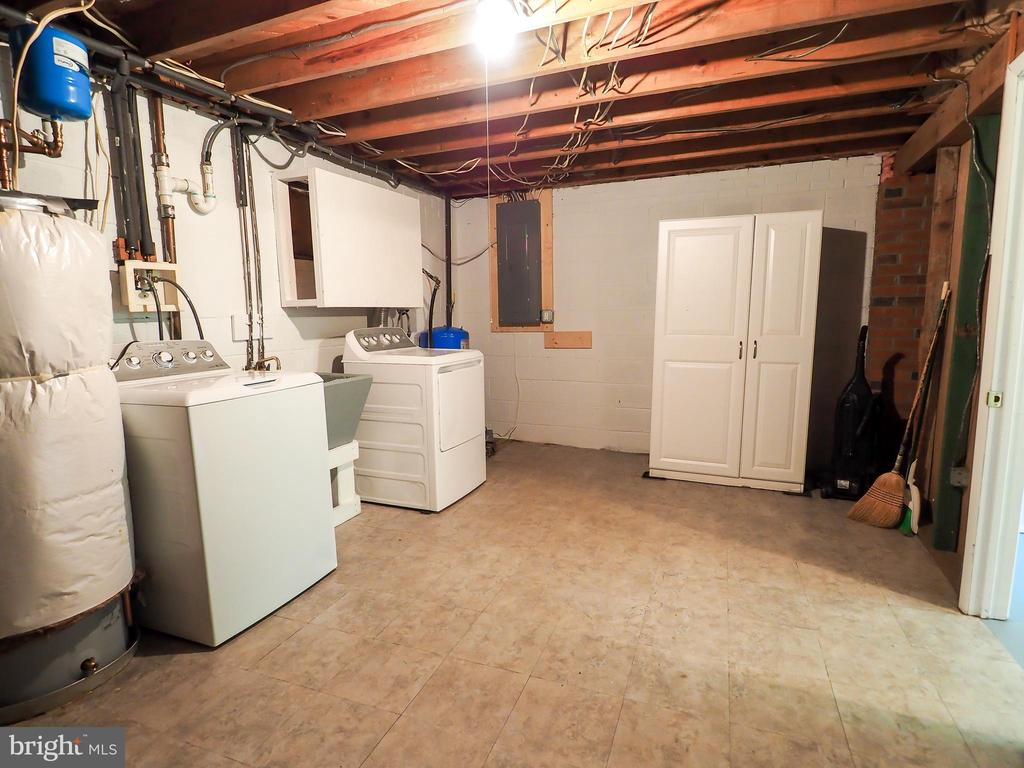 More storage and old wash sink - 1693 GARRISONVILLE RD, STAFFORD