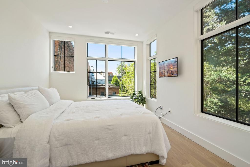 Second guest bedroom with windows on two sides - 928 O ST NW #3, WASHINGTON