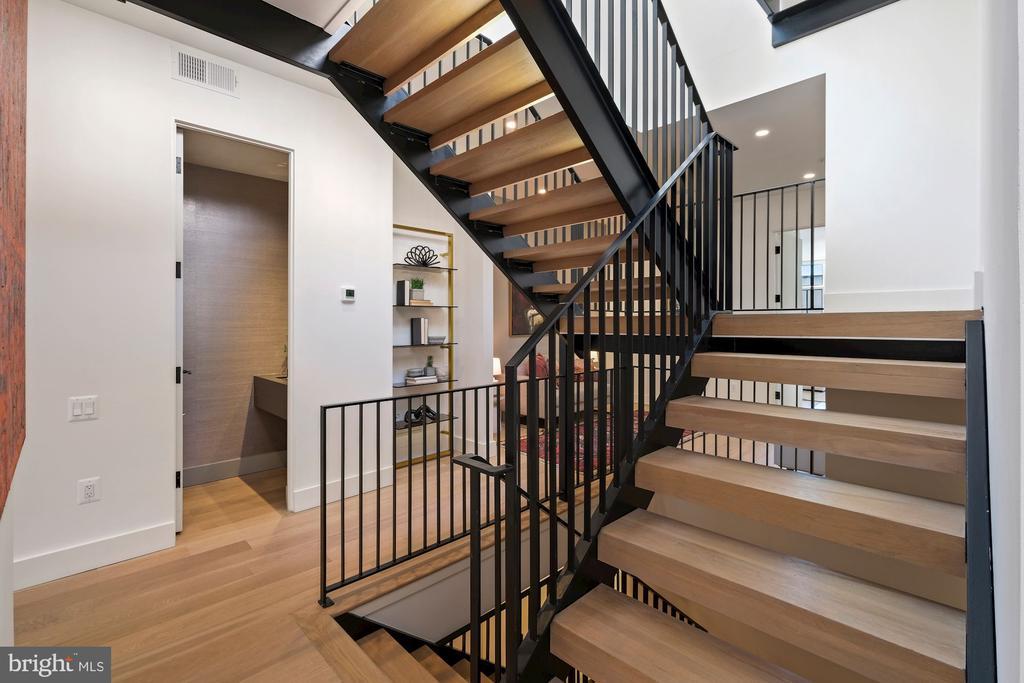 Dramatic floating stair case - 928 O ST NW #3, WASHINGTON