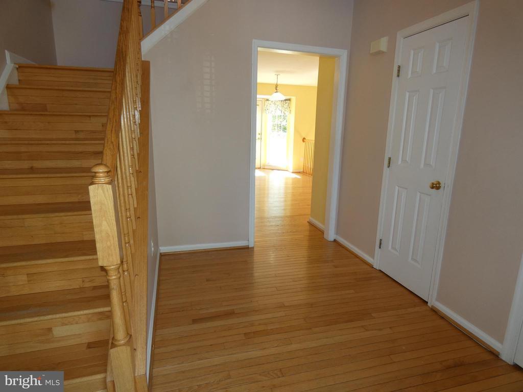 Entry foyer view towards breakfast area - 43114 LLEWELLYN CT, LEESBURG