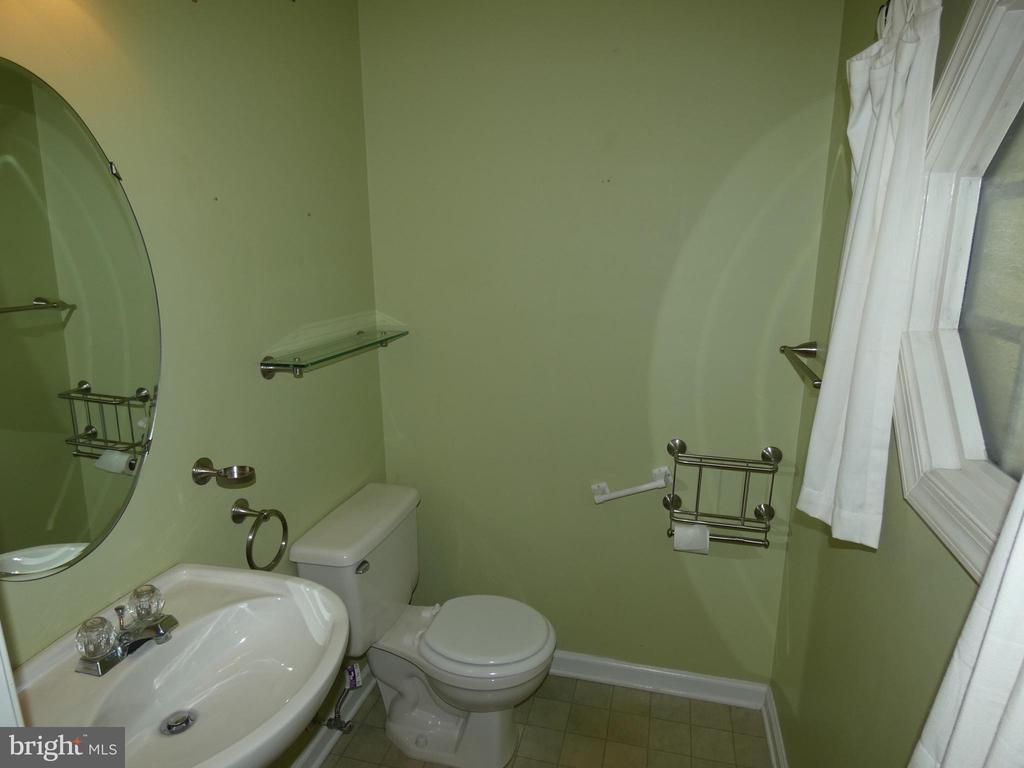 Hall bath off entry foyer - 43114 LLEWELLYN CT, LEESBURG