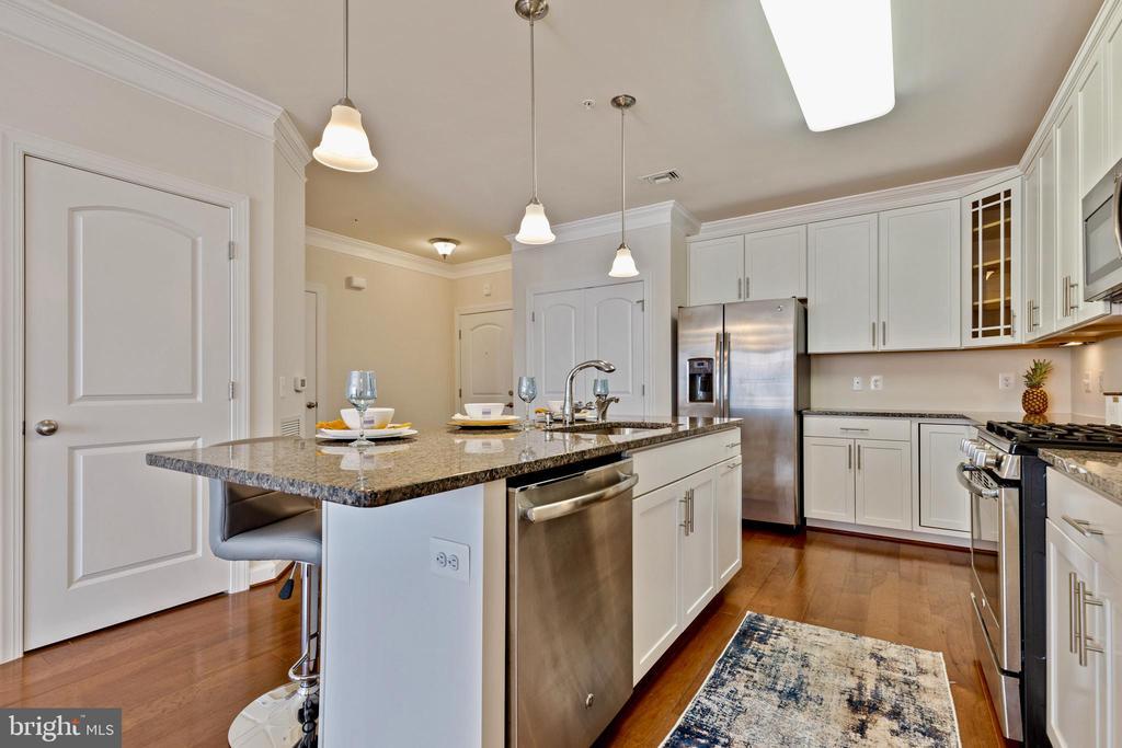 Kitchen island - 13740 ENDEAVOUR DR #307, HERNDON