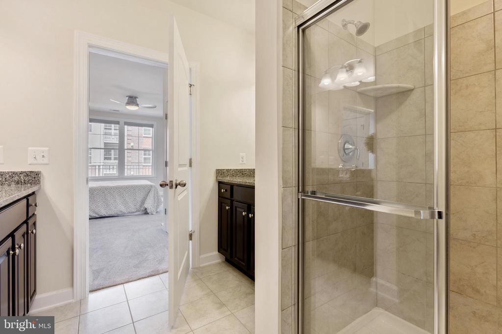 Two vanity master bath - 13740 ENDEAVOUR DR #307, HERNDON