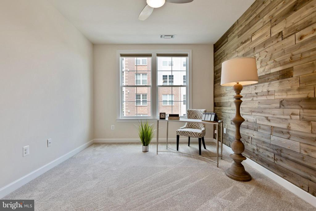 Reclaimed wood accent wall - 13740 ENDEAVOUR DR #307, HERNDON