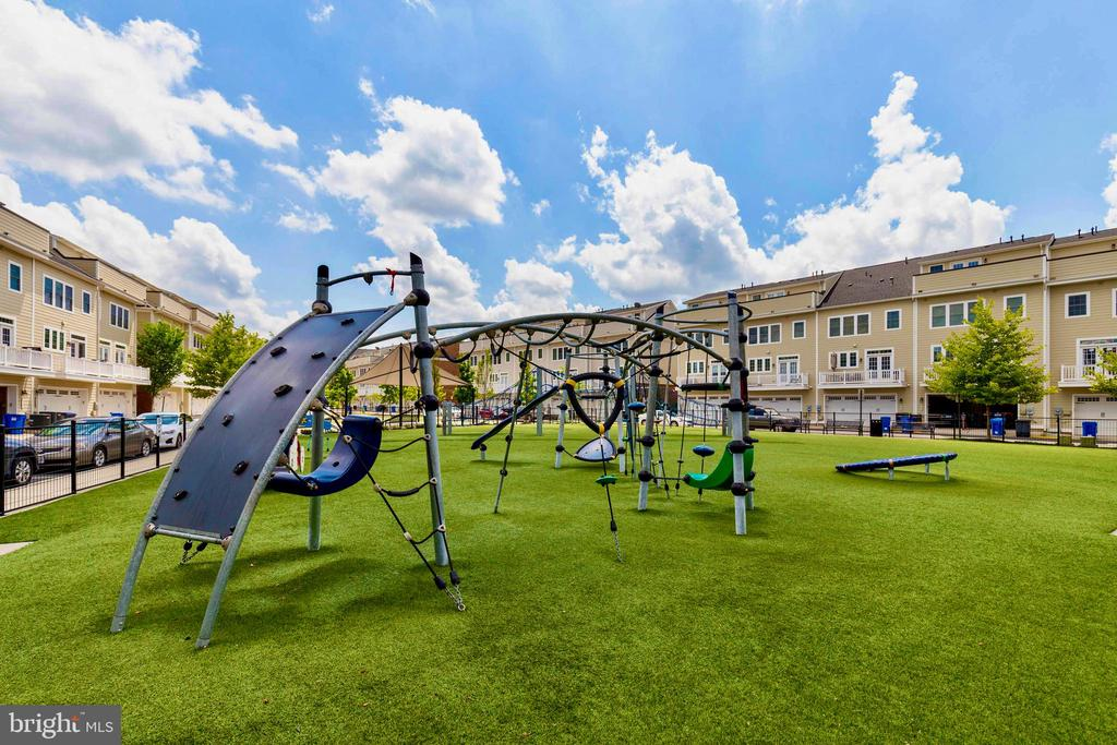 Community play yard for kids and families - 13740 ENDEAVOUR DR #307, HERNDON