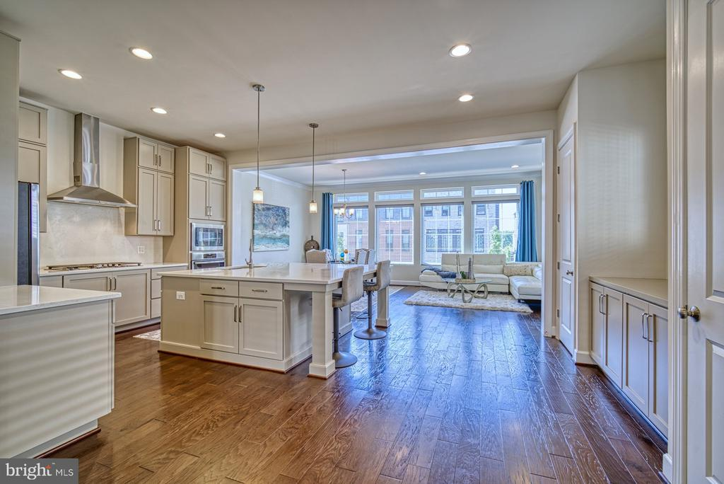 Very Open Floorplan with Beautiful Hardwood Floors - 42298 ASHMEAD TER, BRAMBLETON