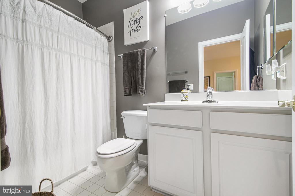 Full Bathroom upper level - 19072 CRIMSON CLOVER TER, LEESBURG