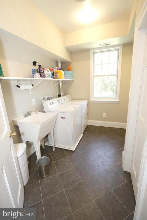 Bedroom level laundry room with laundry tub - 20131 DAIRY LN, STERLING