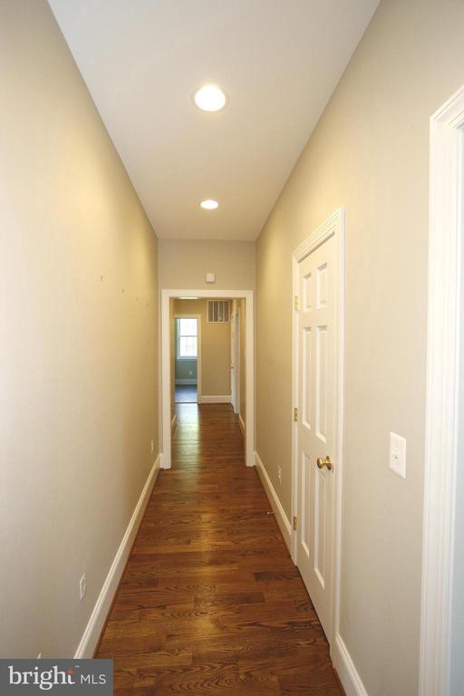 Bedroom level hallway - 20131 DAIRY LN, STERLING