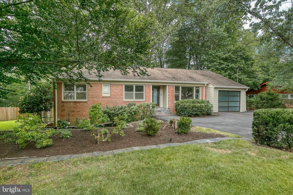 Lake Barcroft Contemporary- renovated & expanded! - 3408 GREENTREE DR, FALLS CHURCH