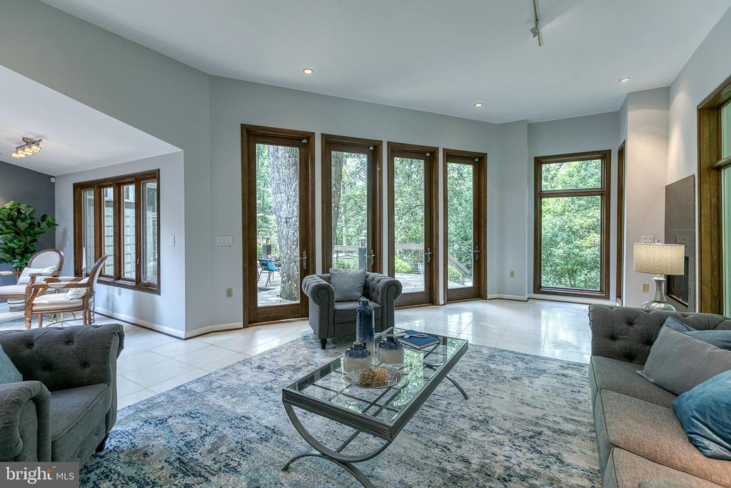 Family room with wall of windows - 3408 GREENTREE DR, FALLS CHURCH