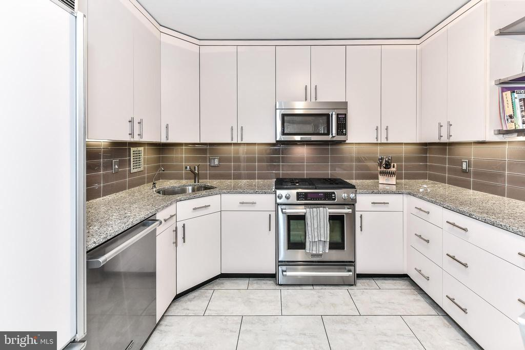 Gourmet kitchen with gas cooking. - 3001 VEAZEY TER NW #508, WASHINGTON