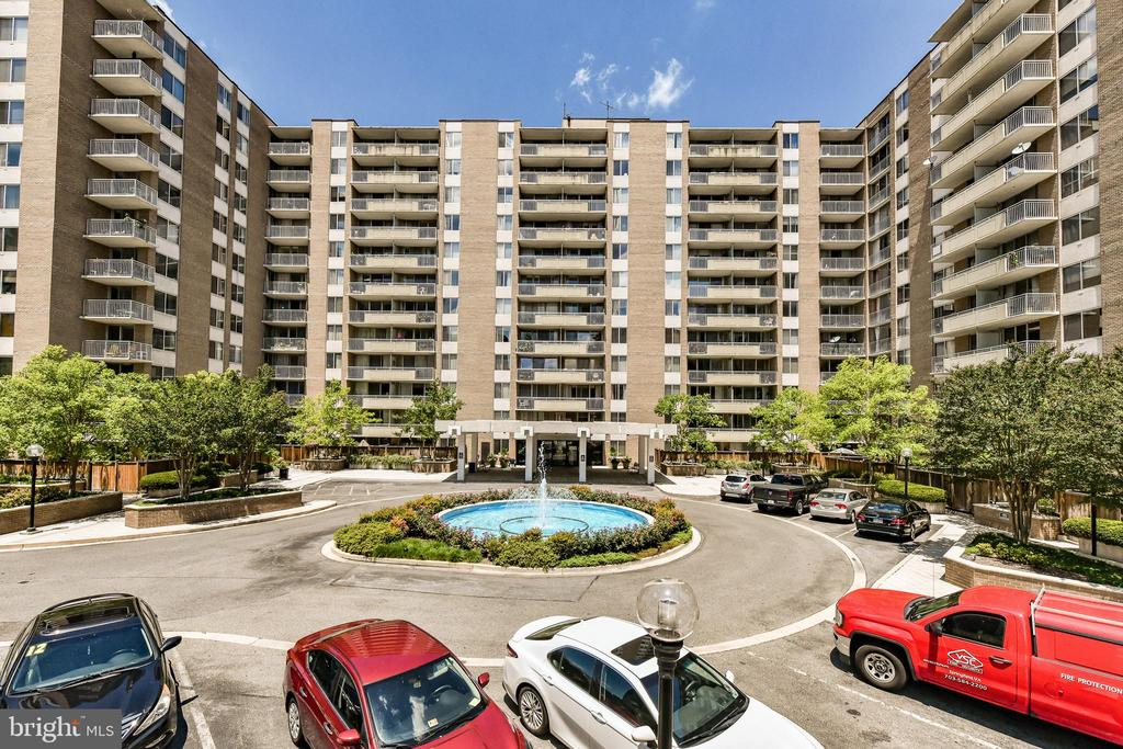 Plenty of guest parking out front. - 3001 VEAZEY TER NW #508, WASHINGTON