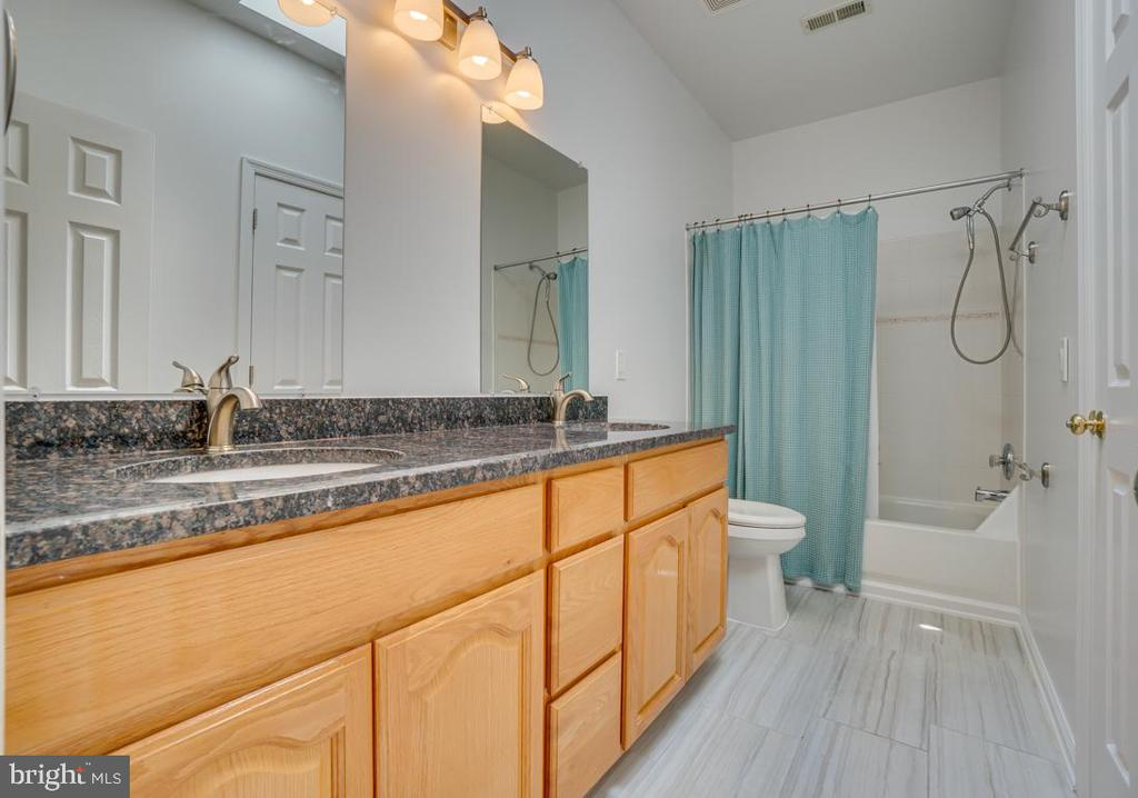 Full bathroom accessed from the hallway - 320 IRONSIDE CV, STAFFORD