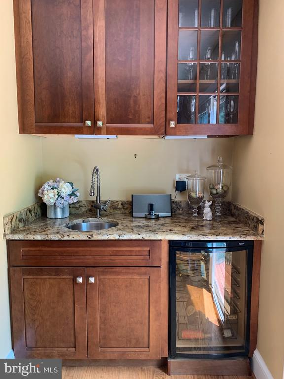 Wine bar, prep sink...  Entertainment ready! - 2504 VALLEY DR, ALEXANDRIA