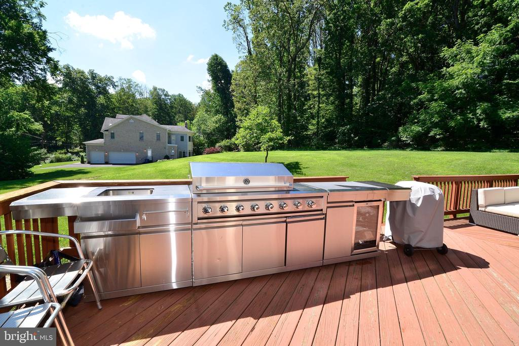 Side Deck (Grill negotiable) - 6917 CHERRY LN, ANNANDALE