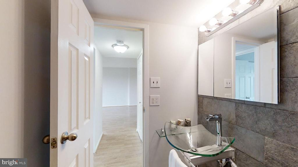 Contemporary touches in the bath - 1300 ARMY NAVY DR #907, ARLINGTON