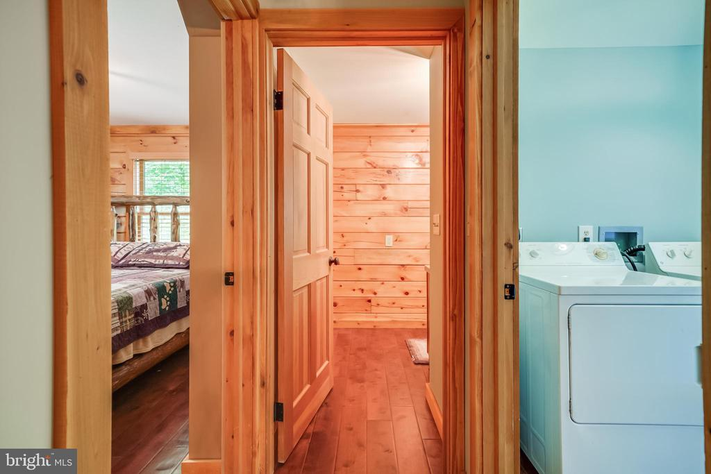 Full bath next to the main level bedroom. - 13533 CATOCTIN HOLLOW RD, THURMONT