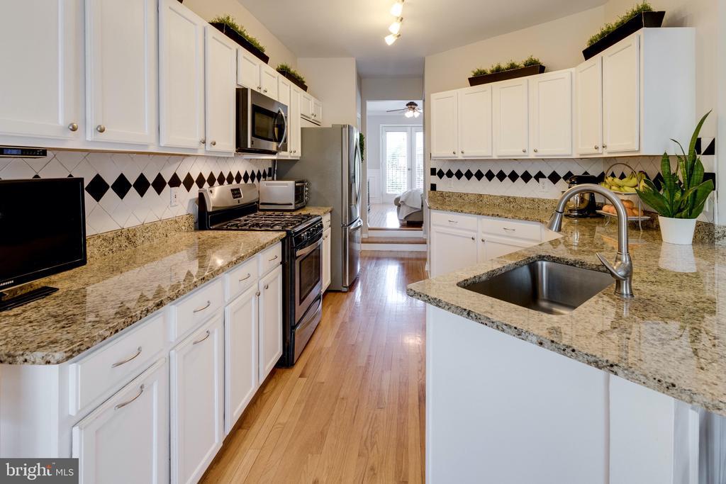 Gourmet kitchen - 42969 BEACHALL ST, CHANTILLY
