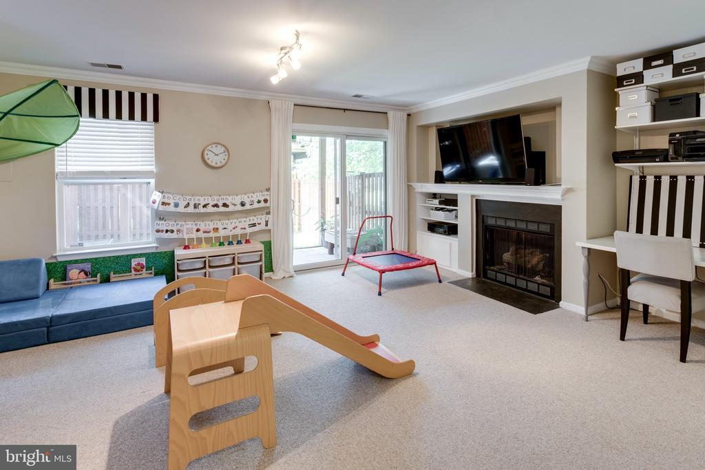 Rec room with gas fireplace & walkout - 42969 BEACHALL ST, CHANTILLY
