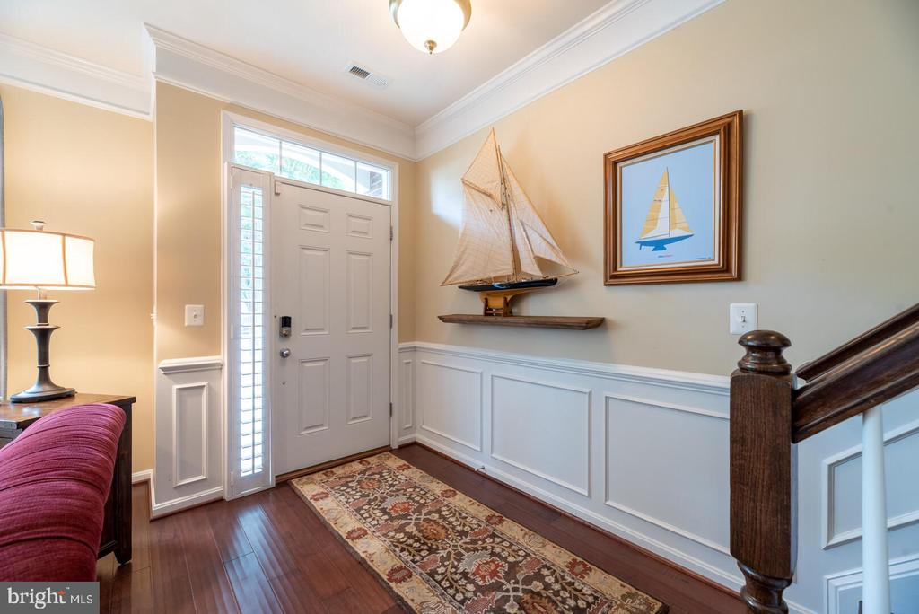 Enter into main level with upgraded hardwood. - 19441 COPPERMINE SQ, LEESBURG
