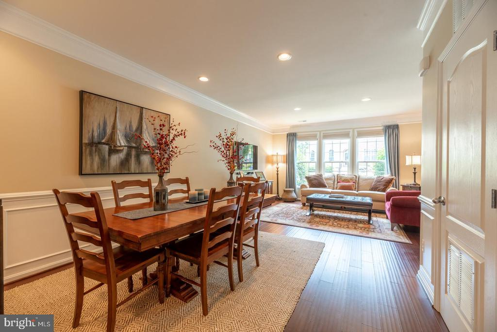 Upgraded crown molding&chair railing on main level - 19441 COPPERMINE SQ, LEESBURG