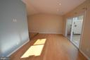 Sun drenched living room - 404 GREEAR PL, HERNDON