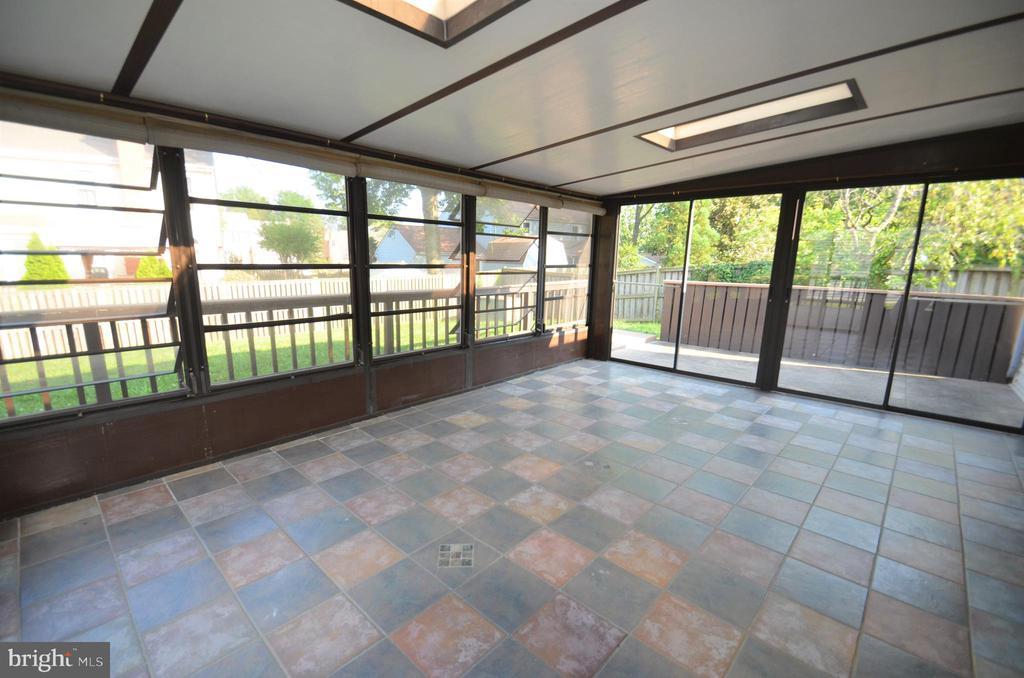 Sunroom overlooking back patio - 404 GREEAR PL, HERNDON