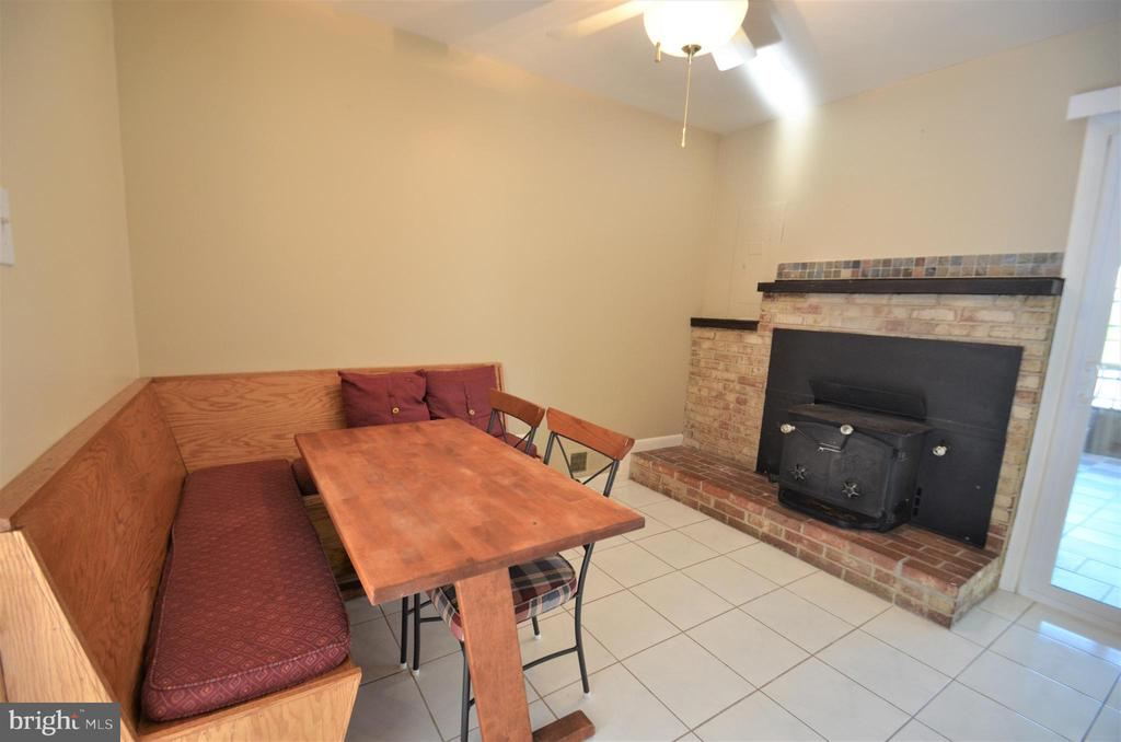 Built in seating, brick fireplace - 404 GREEAR PL, HERNDON