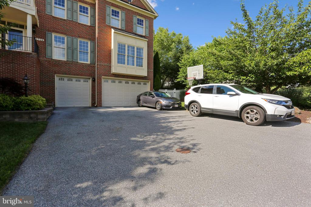 Finished 3-car garage and ample parking space - 9704 WOODFIELD CT, NEW MARKET