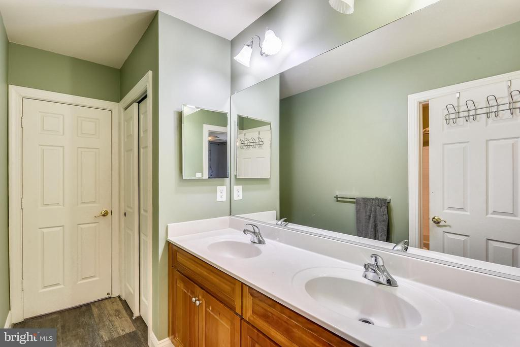 Shared hall bathroom has double vanity - 9704 WOODFIELD CT, NEW MARKET