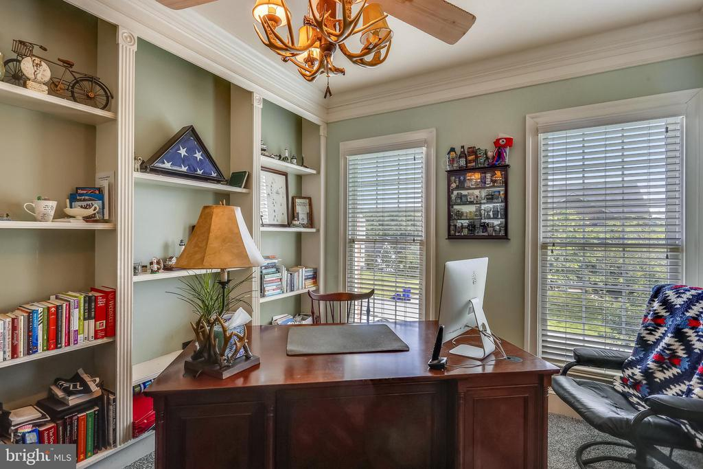 Main level library has built-ins - 9704 WOODFIELD CT, NEW MARKET