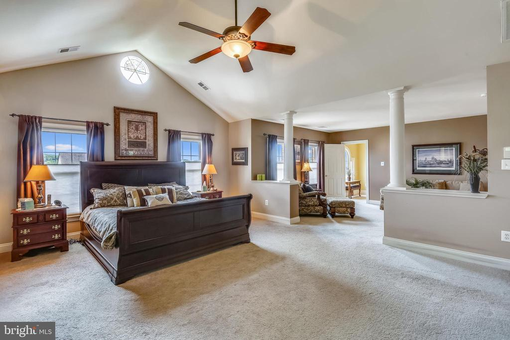 Master bedroom is open to the sitting room - 9704 WOODFIELD CT, NEW MARKET