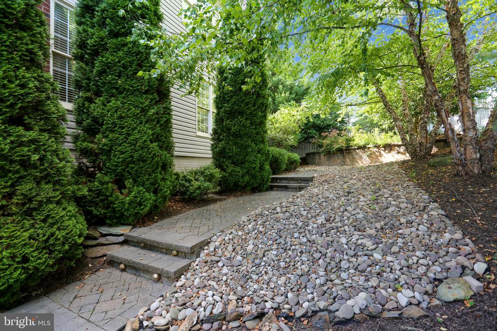 Walkway from backyard leads to the front yard - 9704 WOODFIELD CT, NEW MARKET