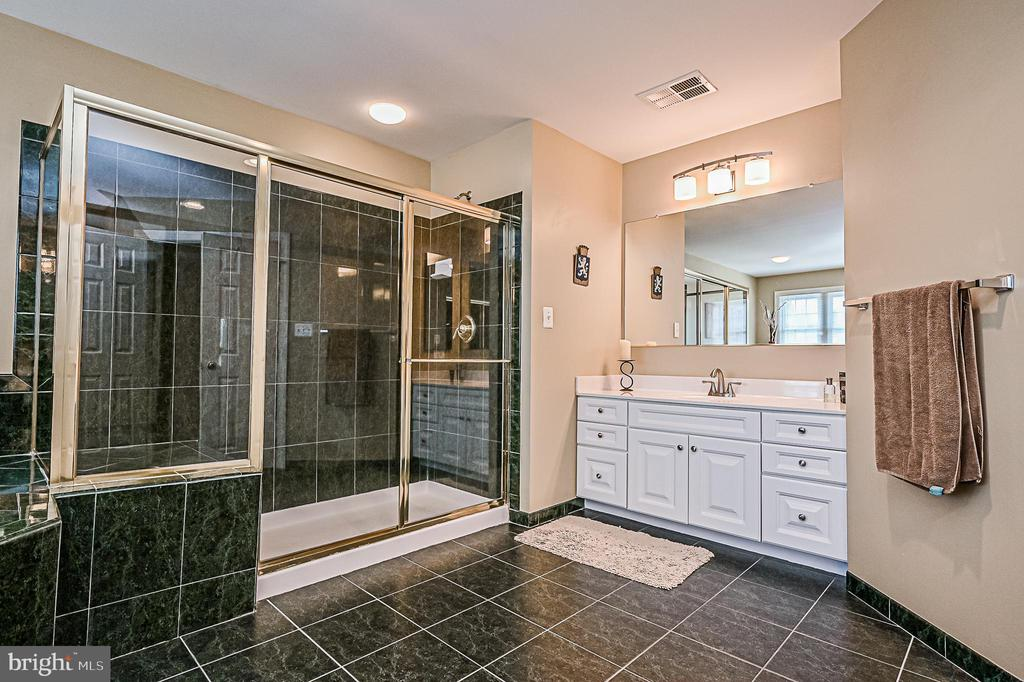 Large Shower w/ Bench Seating in Owner's Bath - 26124 TALAMORE DR, CHANTILLY