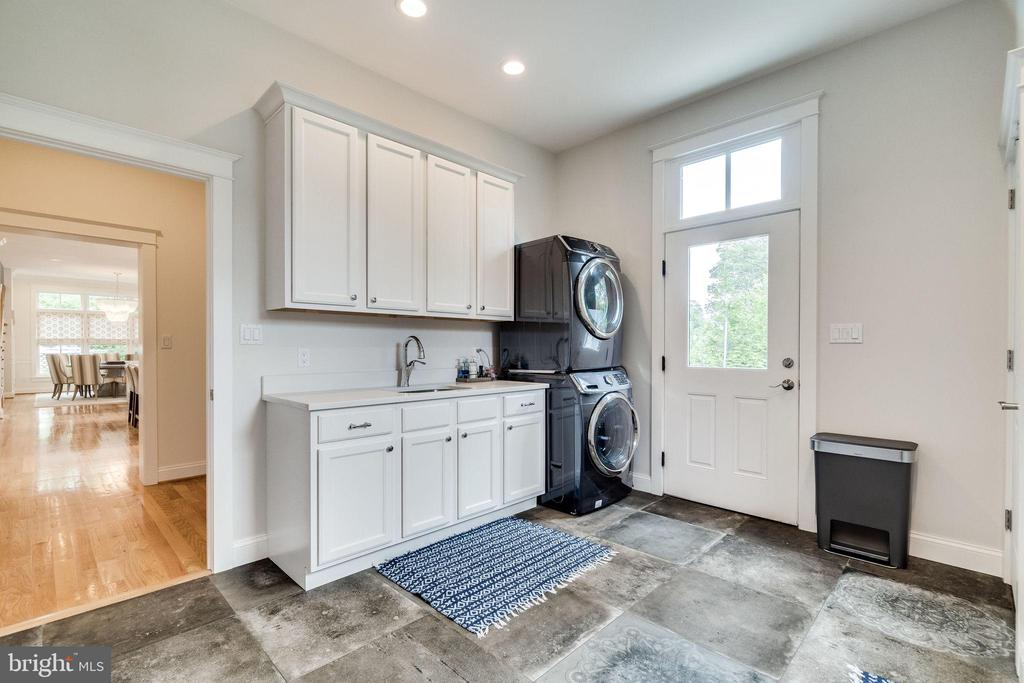 Laundry room with utility sink - 6221 ARKENDALE RD, ALEXANDRIA